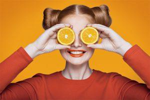 Kosten für Ihre Tourismusausbildung- Frau mit Orangen
